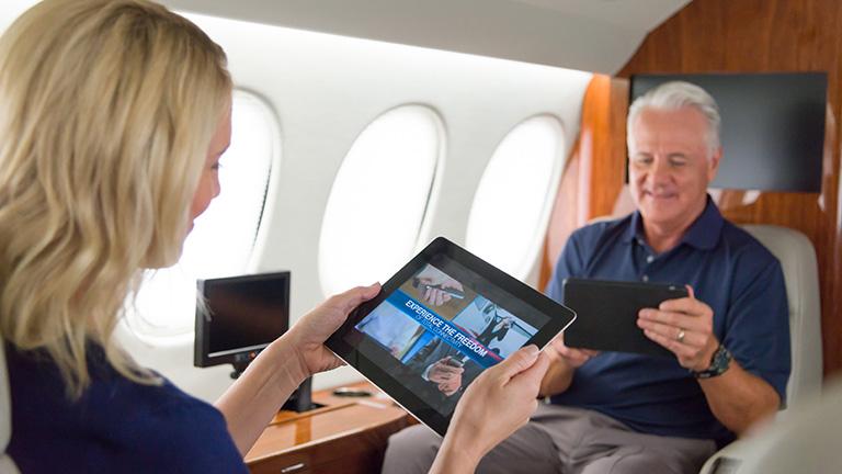 Пассажиры во время перелёта на Falcon 7X