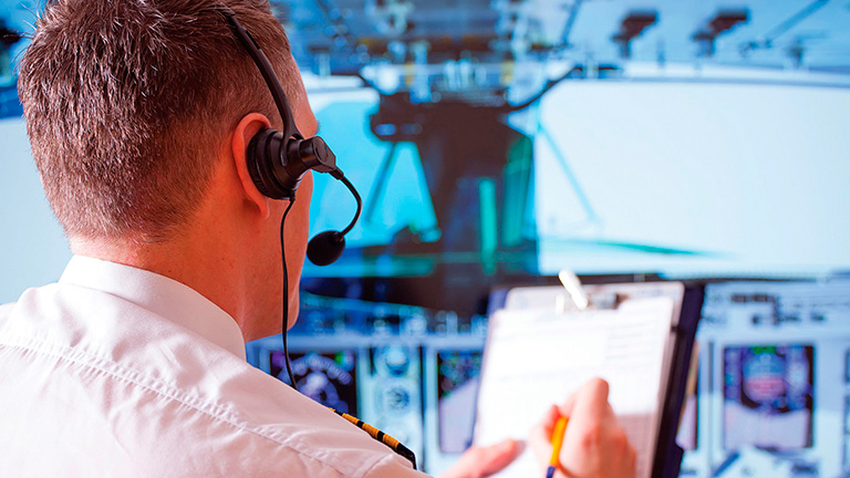 Пилот во время подготовки а полёту на Citation X