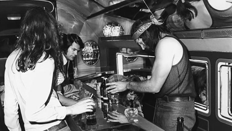Led Zeppelin и их гости на борту «Starship» во время тура по США
