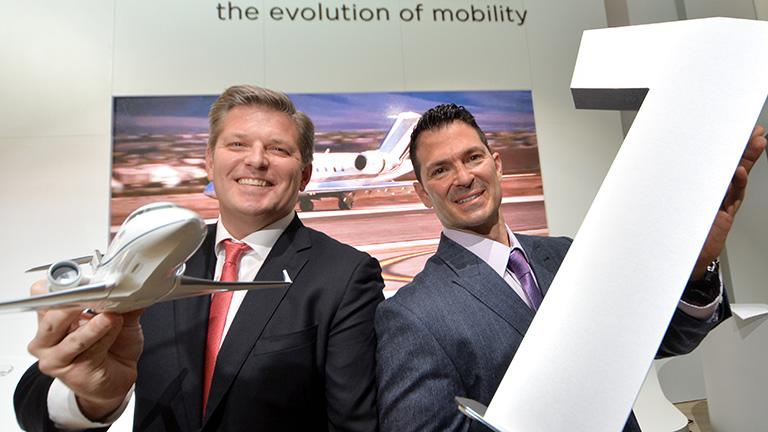 Пат Галагер (NetJets) и Дэвид Колил (Bombardier)