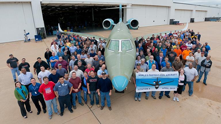 Сотрудники Cessna празднуют выход первого Citation X